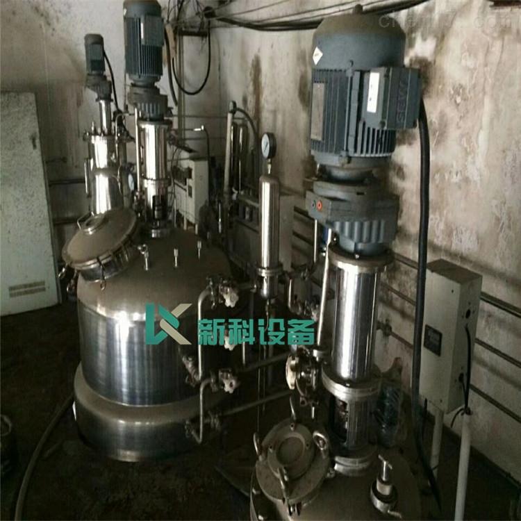 新科二手微生物发酵罐 不锈钢发酵设备立式蛇管:在罐内设4组或8组蛇管。其优点为:管内水的流速大,传热系数高,在1200~4000kJ/(m2·h·)之间。 可兼起档板的作用。 近来新型发酵罐的冷却面移至罐外,采用半圆形外蛇管 优点 罐体容易清洗 增强罐体强度,因而可大大降低罐体壁厚,使整个发酵罐造价降低 提高了发酵罐的容积,增大放罐体积 新科二手微生物发酵罐 不锈钢发酵设备换热夹套:在小型罐中往往应用夹套换热装置,优点是结构简单,加工方便,易清洗。 换热系数较低,故只用于5m3