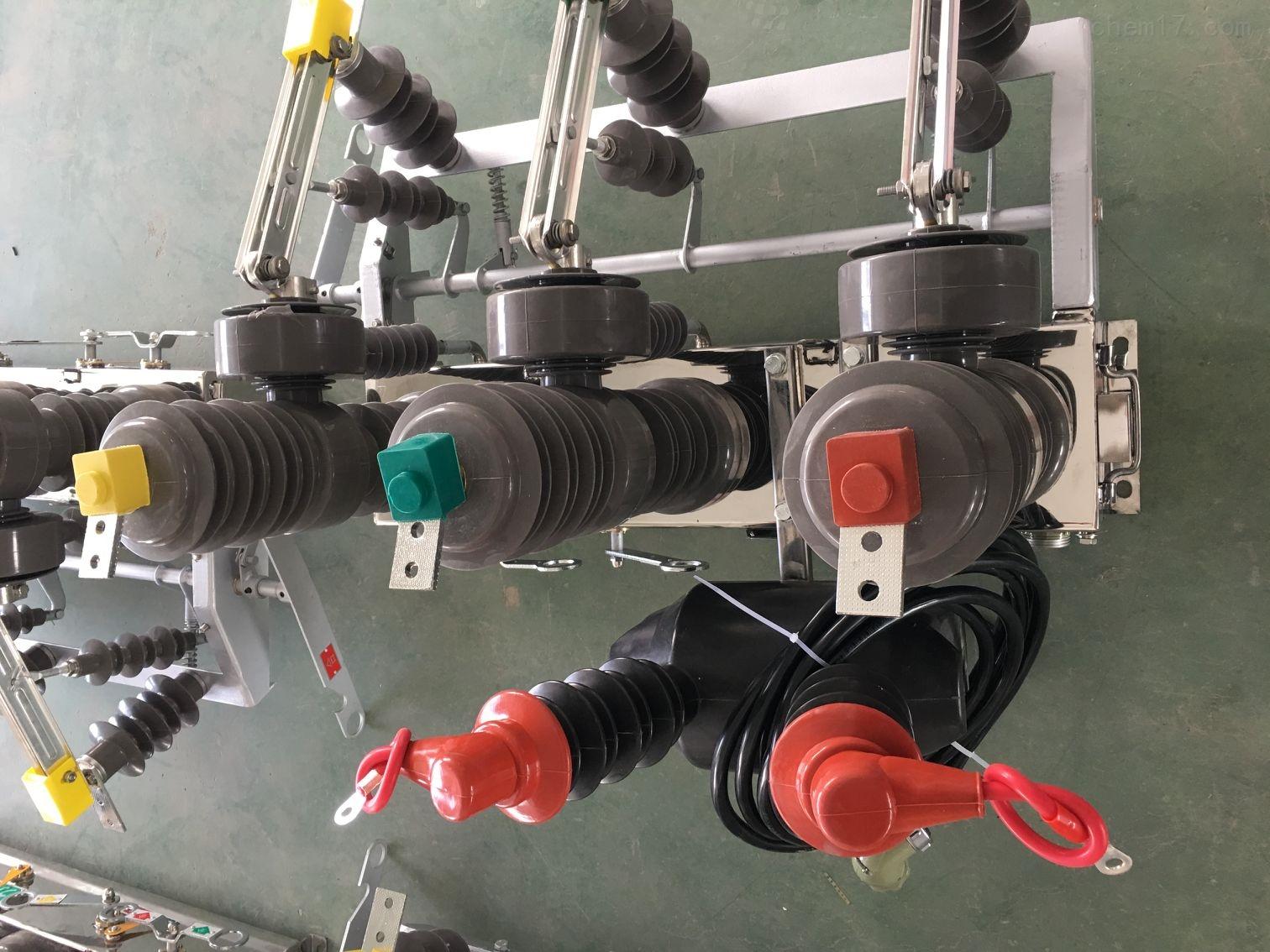 10KV高压智能分界真空断路器PT二次取电 额定电压12KV、三相交流50Hz的户外配电设备。 主要用于开断、关合电子系统中的负荷电流、过载电流及短路电流。 适用于变电站及工矿企业配电系统 中作保护和控制之用,及农村电网频繁操作场所。也可作为电网的分段开关,加装控制器后,可实现配 网自动化。 使用环境条件 海拔:≤2000m及以下 周围空气温度:上限+30,下限-40 风压不超过700Pa(相当于风速34m/s) 振幅:无常性剧烈震动 结构特点 断路器采用三相支柱式结构,具有开断性能稳定可靠、无燃