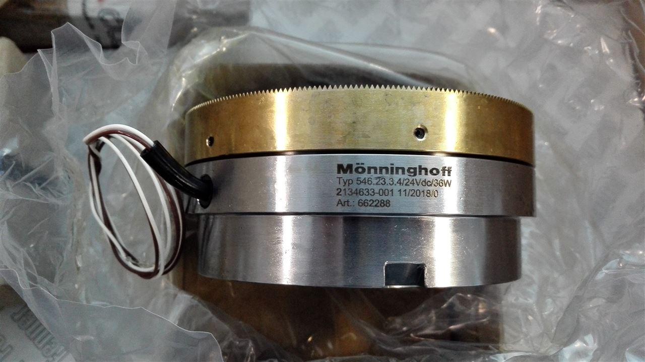 典型MONNINGHOFF离合器工作过程 膜片弹簧式离合器,其工作可分为工作、分离、接合三个过程。 1、工作过程。利用膜片弹簧装入离合器盖与压盘之间时,使之产生预压缩变形所形成的对压盘的压力使离合器的主、从动部分压紧,即离合器处于接合状态。发动机动力通过与曲轴连为一体的飞轮、离合器盖和压盘传给从动盘,随后又经从动盘花键轴套输送给变速器的输入轴。此过程的工作特点是离合器主、从动部分传递的转矩、转速相同,主、从动部分之间没有转速差,没有滑磨。 2、分离过程。驾驶员踩下离合器踏板,踏板左移,推杆左移,通过缸、工