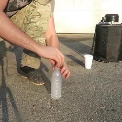 液氮放入塑料瓶中